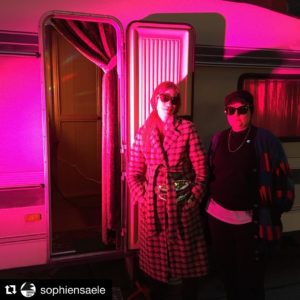 Knut und Julia vor ihrem Wohnwagen im pinken Licht